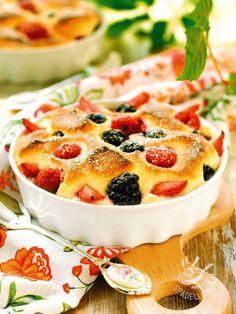 Il Clafoutis ai frutti di bosco è un dolce al cucchiaio gustosissimo e piuttosto semplice da preparare. State certi che il successo è garantito!
