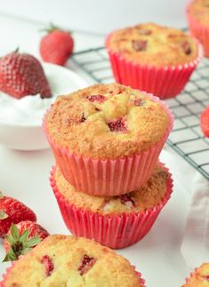 Strawberry Streusel Muffins are delicious for breakfast or as a snack. Each strawberry muffin is filled with fresh strawberries and covered with a streusel topping. – Strawberry Streusel Muffins Recipe from Sugar, Spice and Family Life Streusel Muffins, Banana Oat Muffins, Bran Muffins, Streusel Topping, Breakfast Muffins, Rhubarb Muffins, Banana Mix, Quinoa Muffins, Almond Muffins