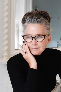 45 Medium Hairstyles for Women over 50 - Fashiondioxide Some wrinkles have appeared now but they just define the glory of your beauty. Enhance your looks with these Medium Hairstyles for Women over Going Gray Gracefully, Aging Gracefully, Estilo Hippy, Beautiful Old Woman, Ageless Beauty, Grey Hair, Medium Hairstyles, Modern Hairstyles, Hairstyles Videos