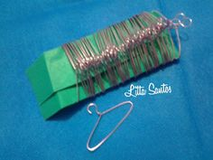 Mini cabides cor de rosa - encomenda Eliane Garden Tools, Mini, Coat Stands, Doll, Toss Pillows, Roses
