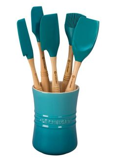 This Le Creuset Revolution Set includes six utensils and a jar. Features elliptical-shaped wooden handles. Grip rings for comfortable control. Silicone blades are stain and heat resistant up to 482...