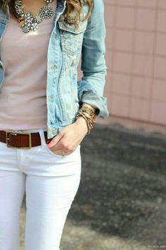 Pantalon blanco, chamarra en mezclilla azul.. se ve muy bien
