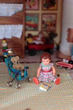 diy miniature stroller - dollhouse doll - tutorial of images Vitrine Miniature, Miniature Dolls, Dollhouse Tutorials, Miniature Tutorials, Dolls Prams, Dollhouse Toys, Baby Carriage, Doll Tutorial, Miniture Things