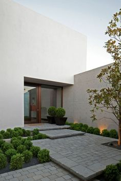 Beispiele Für Moderne Gartengestaltung Steinpflaster Stufenförmig Pflanzen  Moderne Haustür, Haustür Eingang, Haus Aussenbereiche,