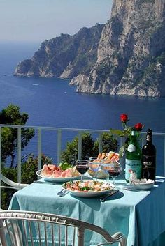 Wouldn't you love a romantic dinner with this view of Capri , Italy? #italy #travel