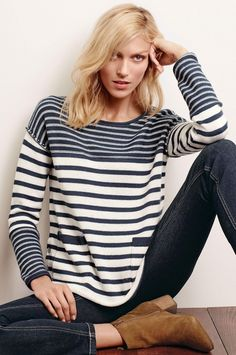 Look style marin tendance printemps-été 2016 avec un pull col bateau à rayures >> http://www.taaora.fr/blog/post/tenue-tendance-printemps-ete-2016-pull-mariniere-jean-bleu-fonce-brut-bottines-daim-anja-rubik-next