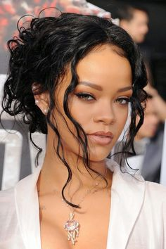 Rihanna Has No Fear at the MTV Movie Awards Related posts:Madelaine PetschBest Celebrity Short Hair 2019 Photos - Hairstyle FixFrom Rosie to Selena, We Want to Copy These 10 Celeb Outfits This August Rihanna Face, Style Rihanna, Rihanna Short Hair, Rihanna Daily, Looks Rihanna, Rihanna Makeup, Celebrity Short Hair, Rihanna Riri, Hair Buns