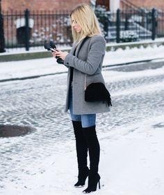 comment s habiller en hiver, porter les bottes cuissardes noires avec paire  de jeans clairs