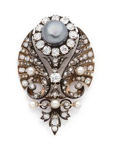 BROCHE MARGUERITE <br>en argent sur or jaune, figurant une marguerite centrée d'une perle fine grise de forme bouton, les pétales en diamants de taille ancienne, entourée de deux ailes stylisées serties de diamants et de roses, ponctuées de petites perles.   <br>Époque Napoléon III. <br>Dimensions de la perle : 12,4 - 12,4 mm. <br>Dimensions de la broche : 6 x 3,6 cm environ. <br>Poids : 24,3 g (manques). <br>A diamond, natural pearl, silver and 18K gold brooch, circa 1870. <br>La perle…