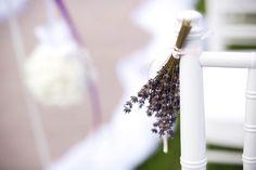 A vintage-n belül külön irányzat a Dél- francia országot idéző, provance-i stílus. A levendulás esküvőkön a chiavari székek is illatfelhőbe burkolóznak.