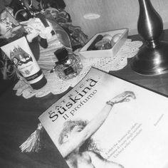 Buonanotte Twinslettori!  #goodnight #ilprofumo #blackandwhite #libro #libri #book #books #lettura #leggere #love #bookaholic #bookish #bookslover #bookstagram #instalibro #instabook #like #seguimi #romanzo #scrivere #photooftheday #photobooks #picoftheday #reading #bookshelf #night #details #blogger