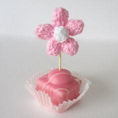 FREE knitting pattern - Daisy flower knitting pattern by by Amanda Berry. Download at LoveKnitting.