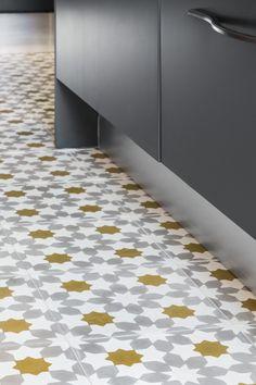 carreaux ciment étoilés et dorés dans la cuisine - appartement haussmannien parisien réaménagé par Coralie Vasseur