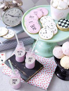 Süßes Detail dieser Tischdeko: eine Candybar im Alice im Wunderland-Stil <3