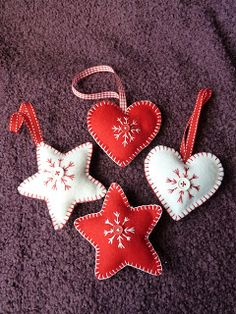 These hand crafted hangersare madefromfelt and come complete with ribbon tie, hand stitched snowflake design and a button detail to t...