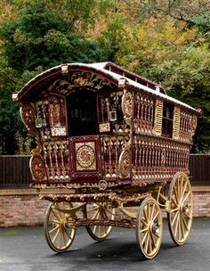 1914 Vardo built by one of the most famous builders, Dunton & Sons of Reading, England http://caryatid-memoir.com/gyp/dunton-sons-gypsy-wagon/
