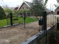 toegangspoort voor oude boerderijHier ziet u een klassieke poort, geplaatst bij een oude, gerestaureerde boerderij. Ook ziet u hoe wij eerst een tekening maken van het ontwerp. Hierdoor kunt u goed zien hoe de poort eruit komt te zien. Afbeeldingen project