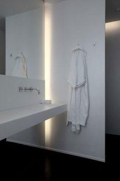 Subtle indirect lighting along the edge of the mirror.and the hooks - wasbak en prachtig licht! Bathroom Spa, Bathroom Toilets, Bathroom Interior, Modern Bathroom, Master Bathroom, Bathroom Lighting, White Bathroom, Bad Inspiration, Bathroom Inspiration