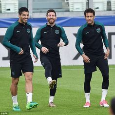 Woo, curly hair 😌 Barcelona will call upon Luis Suarez, Lionel Messi and Neymar but they have missed Alves Neymar Pic, Messi And Neymar, Cristiano Ronaldo Cr7, Lionel Messi, God Of Football, Dani Alves, Real Madrid Players, Toni Kroos, Fc Barcelona