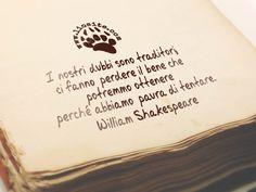 Non ci si scappa, nella vita bisogna osare, rischiare e andare avanti.Chi si ferma è perduto... allora buttiamoci :)I nostri dubbi sono traditori, ci fanno perdere il bene che potremmo ottenere perché abbiamo paura di tentare. William Shakespeare#williamshakespeare, #dubbi, #rischiare, #osare, #paura, #andareoltre, #graphtag, #fotocitazione, #citazionesuimmagine, #italiano, #coraggio,