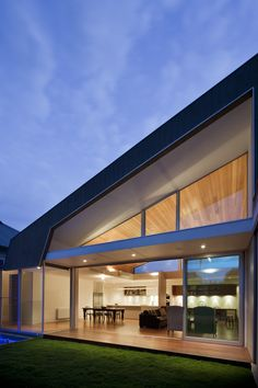 Image 3 of 13 from gallery of Richmond House 01 / Rachcoff Vella Architecture. Photograph by Shannon McGrath