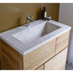 Découvrez ce meuble de salle de bain Easy Solo en chêne et résine de la marque Tikamoon!Il est équipé de 2 tiroirs qui vous permettront de ranger votre nécessaire tel que vos linges de maison et produits cosmétique. *Vous serez par l&rsquo alliance du bois de chêne et de la résine pour un mariage original et surprenant.Vous apprécierez également l&rsquo aspect veiné de son bois de chêne pour une touche authentique naturelle.* 2 faux tiroirs décoratifs et 2 tiroirs (H 26x L 19 et 38x...