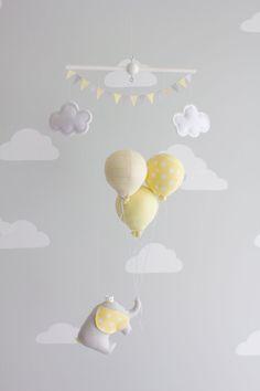 Jaune et gris Mobile bébé éléphant et ballon par sunshineandvodka