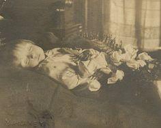 103 Year Old Post Mortem Photo of Little Girl from Paragould Arkansas Old Photos, Vintage Photos, Paragould Arkansas, The Canterville Ghost, Post Mortem Pictures, Head In The Sand, Post Mortem Photography, Momento Mori, Victorian Era