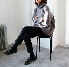 Seu look fica super chic com a combinação de calça cropped + meia fina + mocassim.