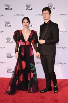 Ansel Elgort Photos - Violetta Komyshan and Ansel Elgort attend New York City Ballet 2018 Spring Gala at Lincoln Center on May 2018 in New York City. - New York City Ballet 2018 Spring Gala Ansel And Violetta, Ansel Elgort And Violetta Komyshan, Selfies, Carolina Herrera Dresses, City Ballet, Poses, Red Carpet Looks, Fashion Beauty, Cute Outfits