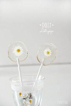 お花の種類によっても雰囲気が変わります。繊細なデイジーのロリポップはまるでガラス細工のようですね。