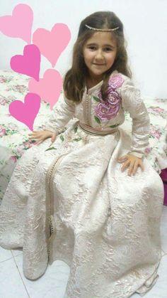 #moroccancaftan Morrocan Kaftan, Moroccan Dress, Young Fashion, Kids Fashion, Kids Kaftan, Little Girl Dresses, Girls Dresses, Morrocan Fashion, Stylish Little Girls