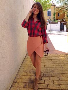 Con un look muy atemporal...Cynthia ha elegido camisa y falda de Ewigem. Feliz fin de semana a tod@s!!!