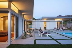 House in Palm Springs by o2 Architecture (21). like the sliding screen doors, the windows up high.