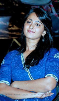 Beautiful Bollywood Actress, Most Beautiful Indian Actress, Beauty Full Girl, Beauty Women, Hot Actresses, Indian Actresses, Kurtha Designs, Anushka Photos, Actress Anushka