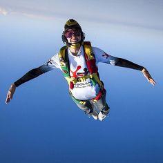 """Be a bird! @mancinoroberta #turbolenza #gopro #goprogirl #flying #skydiving #skydive #skydivefano #bluesky #headdown #tonfly #helmet #uptvector #cypres…"""