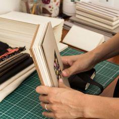 Produção de capas para livros com costura exposta indo agora para a secagem.  Processo criativo Caderneto.