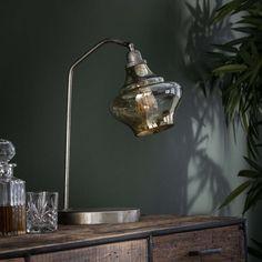 Bordlampe i glas og patineret metal Desk Lamp, Table Lamp, Lighting, Home Decor, Lamp Table, Light Fixtures, Lights, Interior Design, Home Interior Design