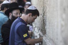 Messi visitó el Muro de los Lamentos junto a Martino y Mascherano en la gira de la paz que realiza el Barcelona por Medio Oriente.