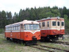 七戸駅構内で保存されているキハ101(左)とキハ104(右)。キハ104は今回公開される予定。