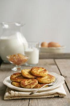 Сырники могут стать самостоятельным блюдом для субботнего семейного завтрака или отличным десертом. Подавай их с медом или сметаной.