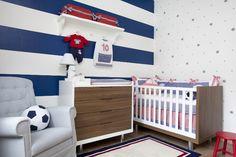 Enxoval com tema futebol e pintura especial de parede com bolas e estrelas, bem divertido!
