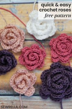 These quick and easy crochet roses are perfect to add to just about any project! Make them for kid's hair clips, attach them to blankets and afghans, or to a top as a brooch. The possibilities are endless with this simple, beginner free pattern. Roses Au Crochet, Crochet Flower Hat, Crochet Butterfly, Crochet Flower Tutorial, Crochet Hair Clips, Knitted Flower Pattern, Crochet Brooch, Crochet Birds, Crochet Stars