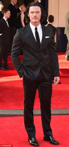 Luke Evans trazer um pouco de brilho da estrela do sexo masculino para o tapete vermelho