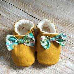 Chaussons TAILLE 12 MOIS moutarde et noeud Liberty turquoise
