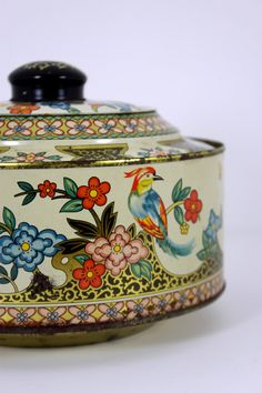 Etsy の vintage round flower and bird tin by Vintage Tins, Vintage Love, Vintage Kitchen, Vintage Antiques, Retro Vintage, Cake Carrier, Deco Retro, Metal Containers, Tea Tins