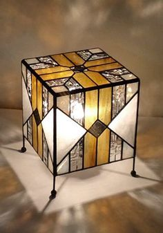 atelier SUETOMO|2011.03.12 sat|末友 章子のステンドグラス Stained Glass Lamp Shades, Stained Glass Light, Stained Glass Crafts, Stained Glass Designs, Stained Glass Patterns, Leaded Glass, Mosaic Glass, Tiffany Glass, Glass Boxes