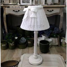 Stojąca lampka prowansalska, z białą nóżką oraz koronkowym abażurem. Urocza.  Więcej na : www.lawendowykredens.pl