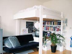 Ideaal voor in een klein huis: een tweepersoons hoogslaper. Omdat je de hoogte in gaat, heb je onder je bed..
