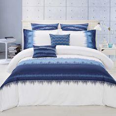 Couches de bleu dans appliques et broderie sur un fond blanc croquant font INDIGO Un motif de litière fraîche , moderne.